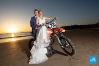 Photo de mariage à Meschers, les mariés avec leur moto sur la plage