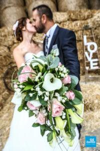 Photo d'un couple de mariée dans la paille