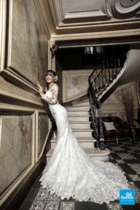Photo d'une mariée devant un escalier