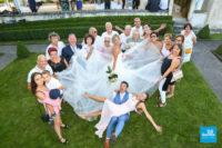Photo originale d'un petit groupe de mariage