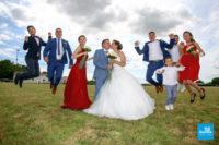 photo de petit group de mariage sautant