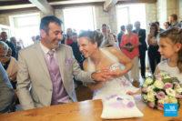 Reportage de mariage à la mairie, lors de l'échange des alliances