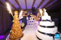 La photo du dessert et de la fontaine de champagne lors de la soirée du mariage