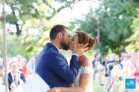 Mariés s'embrassant à la fin de la cérémonie extérieure