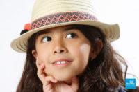 Portrait photo d'enfant sur fond blanc