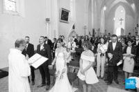 Reportage d'une cérémonie religieuse dans une église lors d'un mariage