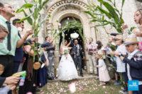 Sortie des mariés de l'église lors d'un reportage de mariage