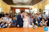 Mariés s'embrassant à la mairie lors d'un reportage de mariage