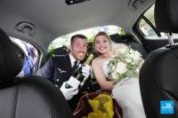 Photo de reportage de mariage, dans la voiture des mariés