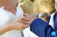 Reportage de mariage, échange des alliances lors d'une cérémonie laïque
