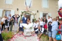Photo de reportage de mariage, laché de colombe à la mairie