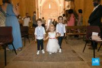 Photo de reportage de mariage, l'entrée des enfants dans l'église