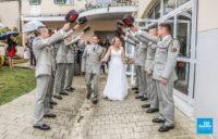 Photo de reportage d'une haie d'honneur lors d'un mariage