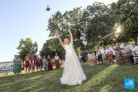 Reportage de mariage, le jeter du bouquet sur le vin d'honneur
