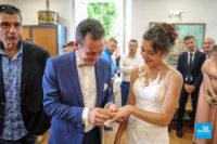 Photo de reportage de mariage dans la mairie, l'échange des alliances