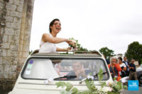 Photo de reportage de mariage, la mariée dans sa voiture