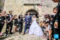 Photo de reportage de mariage à la sortie de l'église
