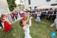 Reportage de mariage, le bouquet de la mariée sur le vin d'honneur
