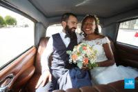 Photo de reportage de mariage dans la voiture des mariés